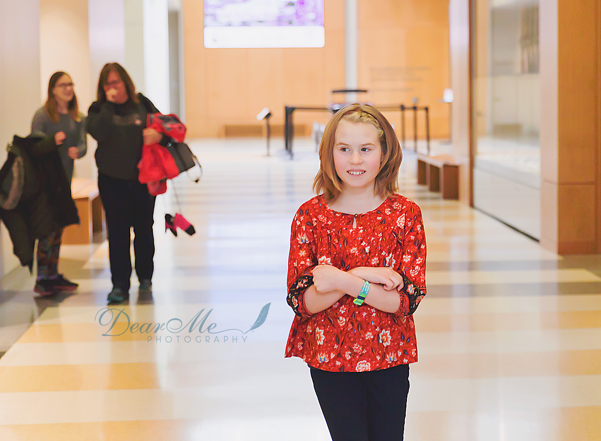dear me photography bismarck teen photographer girl smiling with 2 women in background