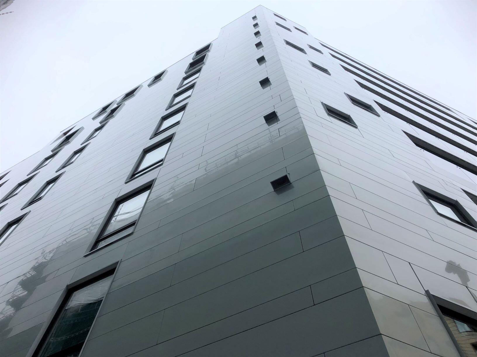 Vestbygget dekket med Petalpanel fra Vik. - Vi besøkte Weberg Prosjekter denne uken, de leverer våre paneler til det siste tilskuddet på Barcode i Oslo.