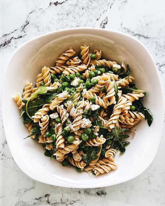 #rePLANOLY @bailey.rd⠀⠀⠀⠀⠀⠀⠀⠀⠀ .⠀⠀⠀⠀⠀⠀⠀⠀⠀ This lemon pasta is giving me all those Mediterranean vibes! 🍋 I would do anything to be back there right now! Used my favorite... you know it... @eatbanza rotini with fresh squeezed lemon, peas, arugula, feta, salt  and freshly grated pepper! So so good! •••••••••••••••••••••••••••••••••••••••••••••• INGREDIENTS:⠀⠀⠀⠀⠀⠀⠀⠀⠀ 1 box of @eatbanza rotini ⠀⠀⠀⠀⠀⠀⠀⠀⠀ 1 bag frozen peas⠀⠀⠀⠀⠀⠀⠀⠀⠀ Handful of arugula⠀⠀⠀⠀⠀⠀⠀⠀⠀ 1 shallot, diced⠀⠀⠀⠀⠀⠀⠀⠀⠀ A sprinkle of dried parsley⠀⠀⠀⠀⠀⠀⠀⠀⠀ A sprinkle of oregano ⠀⠀⠀⠀⠀⠀⠀⠀⠀ A few dashes of garlic powder⠀⠀⠀⠀⠀⠀⠀⠀⠀ 2 lemons, juiced⠀⠀⠀⠀⠀⠀⠀⠀⠀ 1/4 cup olive oil⠀⠀⠀⠀⠀⠀⠀⠀⠀ Salt + pepper⠀⠀⠀⠀⠀⠀⠀⠀⠀ Feta cheese ••••••••••••••••••••••••••••••••••••••••••••••••••••••⠀⠀⠀⠀⠀⠀⠀⠀⠀ DIRECTIONS:⠀⠀⠀⠀⠀⠀⠀⠀⠀ Boil water for your pasta. While the water is heating up, chop the shallot.⠀⠀⠀⠀⠀⠀⠀⠀⠀ Once the water is boiling add your pasta. When the pasta is about 1 minute away from being done, add the peas to the pot for 2 minutes.⠀⠀⠀⠀⠀⠀⠀⠀⠀ Strain and place into a large bowl.⠀⠀⠀⠀⠀⠀⠀⠀⠀ Pour the olive oil over the pasta & peas.⠀⠀⠀⠀⠀⠀⠀⠀⠀ Add the lemon juice & arugula. Mix.⠀⠀⠀⠀⠀⠀⠀⠀⠀ Add the shallot, parsley, oregano and garlic powder. Mix.⠀⠀⠀⠀⠀⠀⠀⠀⠀ Season with salt & pepper.⠀⠀⠀⠀⠀⠀⠀⠀⠀ Top it off with feta crumbles.⠀⠀⠀⠀⠀⠀⠀⠀⠀ Serve hot & when eating leftover eat cold. *great with a little truffle oil too!⠀⠀⠀⠀⠀⠀⠀⠀⠀ ••••••••••••••••••••••••••••••••••••••••••••••••••••••⠀⠀⠀⠀⠀⠀⠀⠀⠀ #soup #realfood #wholefood #spicy #ramen #quick #easymeals #lovefood #rdn #rd #indy #dietitian #indydietitian #rdtobe #rd2be #healthylifestyle #healthyfoodshare #eatclean #eathealthy #foodblogger #foodie #indyfoodie #indyblogsociety #indyblogger #banza #eatbanza