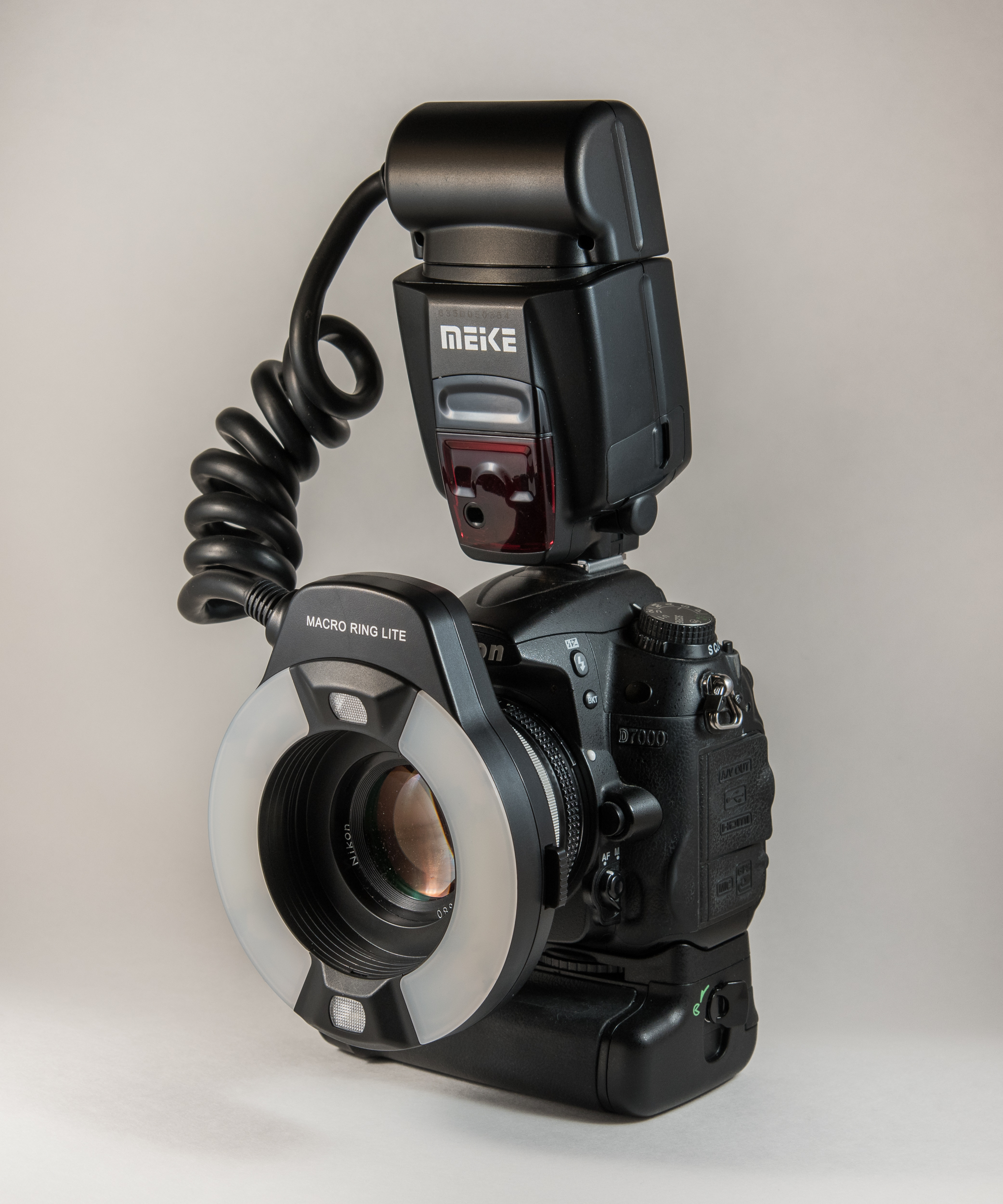 Meike MK-14EXT on a Nikon D7000 - Two modeling LED lights and A and B side flashes