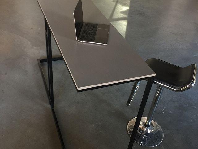 Geometric Bar Tabletop 👌 Банная стойка из чёрной стали и массива дуба.  Выполнена под заказ. В течение августа доступна к просмотру в шоу-руме. Доступна для производства по доступной стоимости.💸