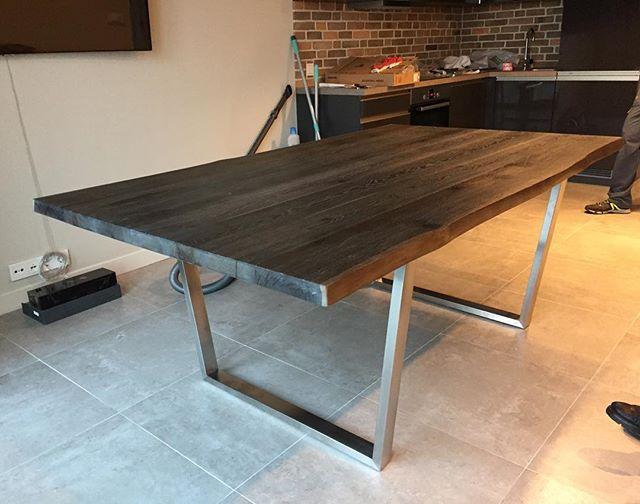 Just delivered 📦 🚚 Только Доставили большой обеденный стол со специальной отделкой 🌳antique oak и ножками трапециевидной формы из нержавеющей стали⚡️. финишная отделка 👌