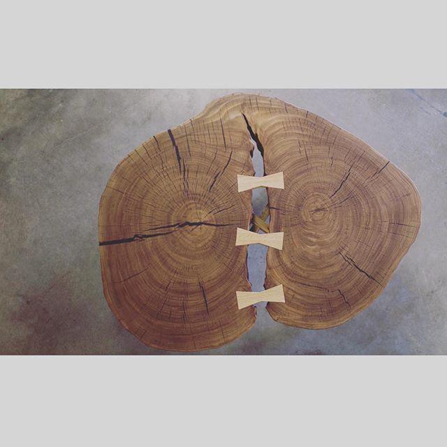 Coffee ☕️ table  Как Вы думаете, какое название для этого журнального стола?  By the way 👨💻 Он выполнен из единого поперечного слэба, разлом соединен специальными скрепами дерева дуб и дополнен аккуратными ножками из дерева. Стоимость: 65 000₽