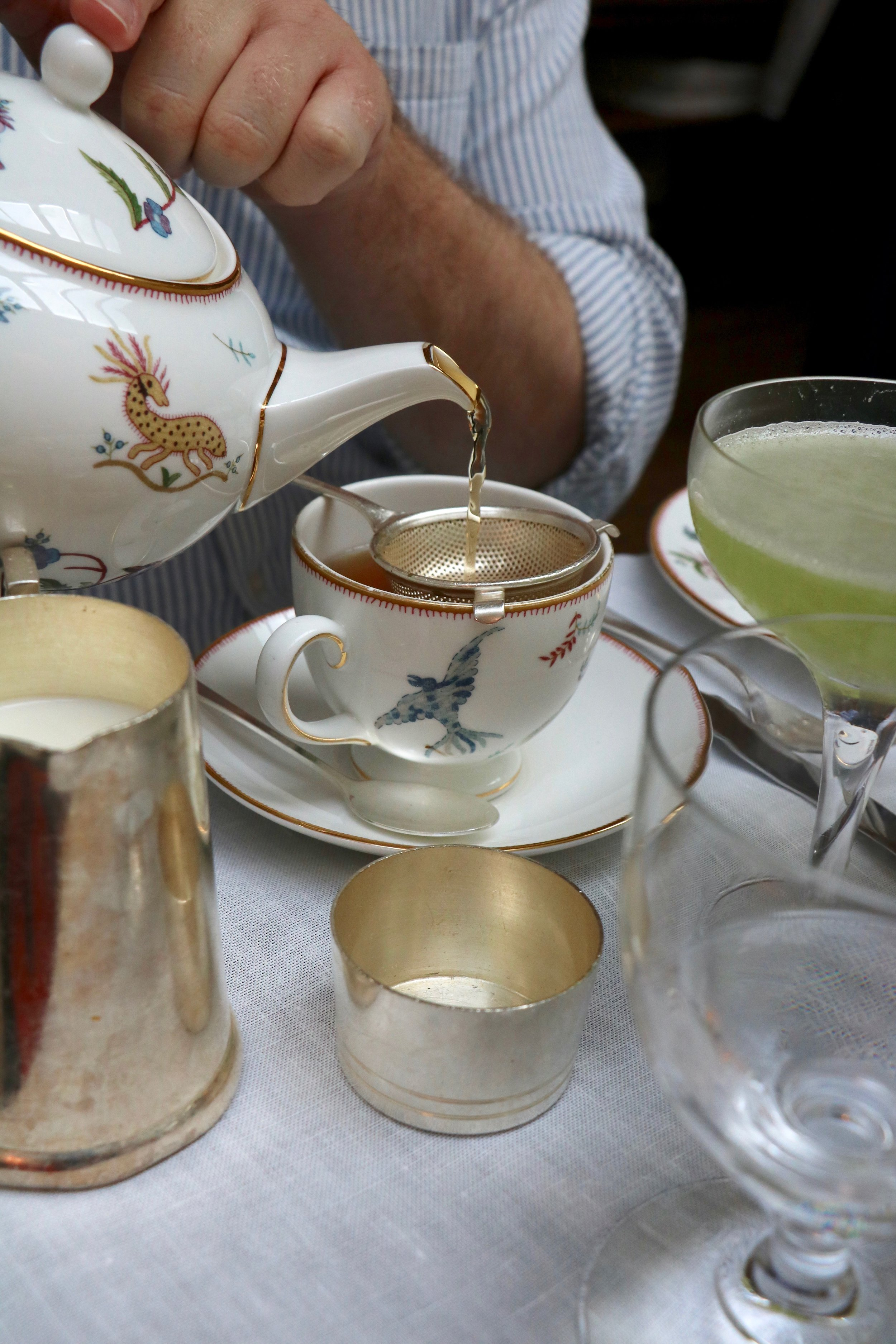 Pouring_tea_London_Ham_Yard