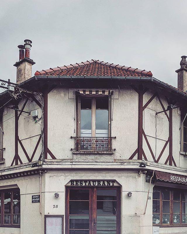 Distant Reminiscent 🍗🏠🍷 . . . . . . . . . . . . . . . . #saintmaurdesfossés #paris #france #europe #restaurant #french #googlepixel #teampixel #pixel