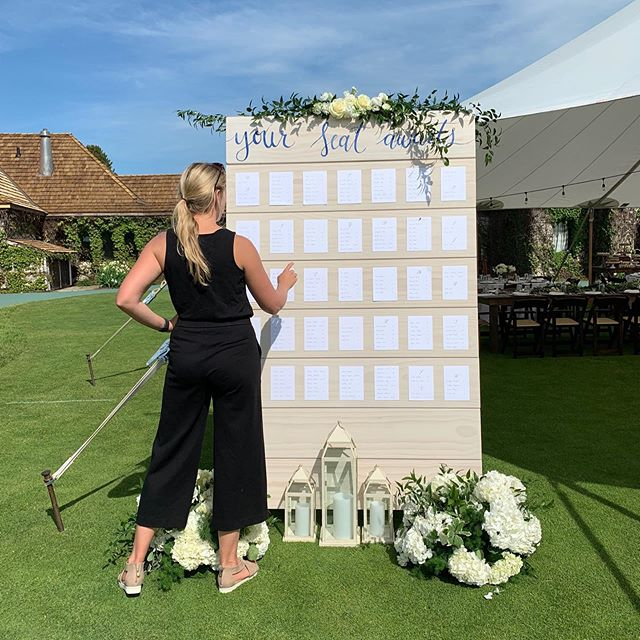 💁🏼‍♀️Your seat awaits! . . Floral: @arpontius  Model: @sarahrhodesboyceweddings  Venue: @boyne.mountain  Painting and escort cards: @hollythomasdesign