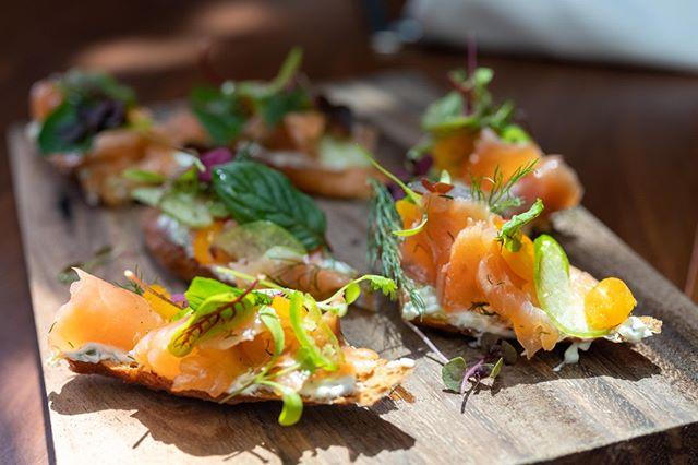 AL CENTRO | Toast, salmón semi curado, tzatziki… ¿ya probaste nuestros platillos para compartir? ¡qué esperas!  #DejateC