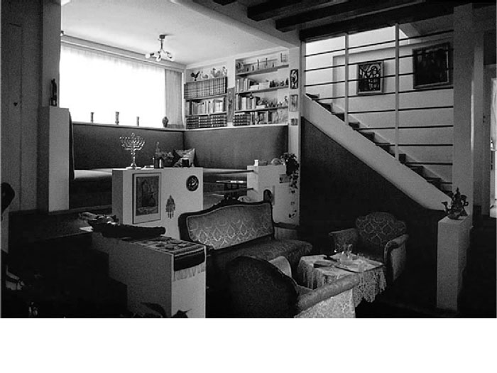 Vista del salón y la escalera en la que se ve la situación de contraluz