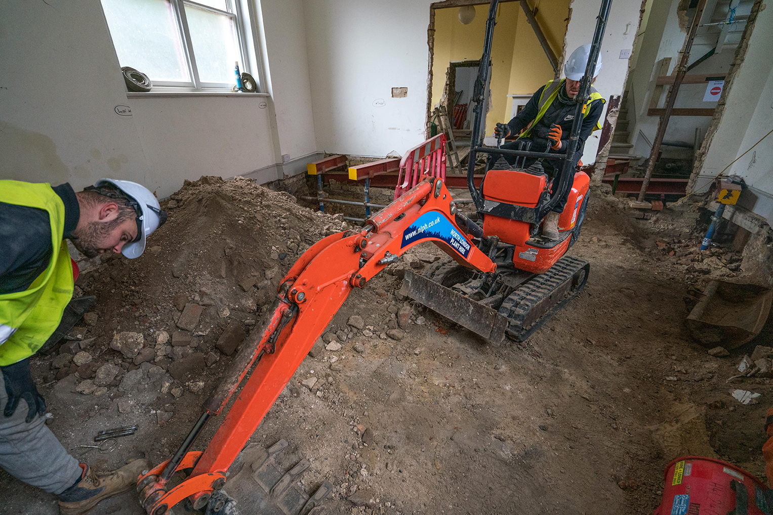 One of the digging team tightens up the action on the neck of the digger