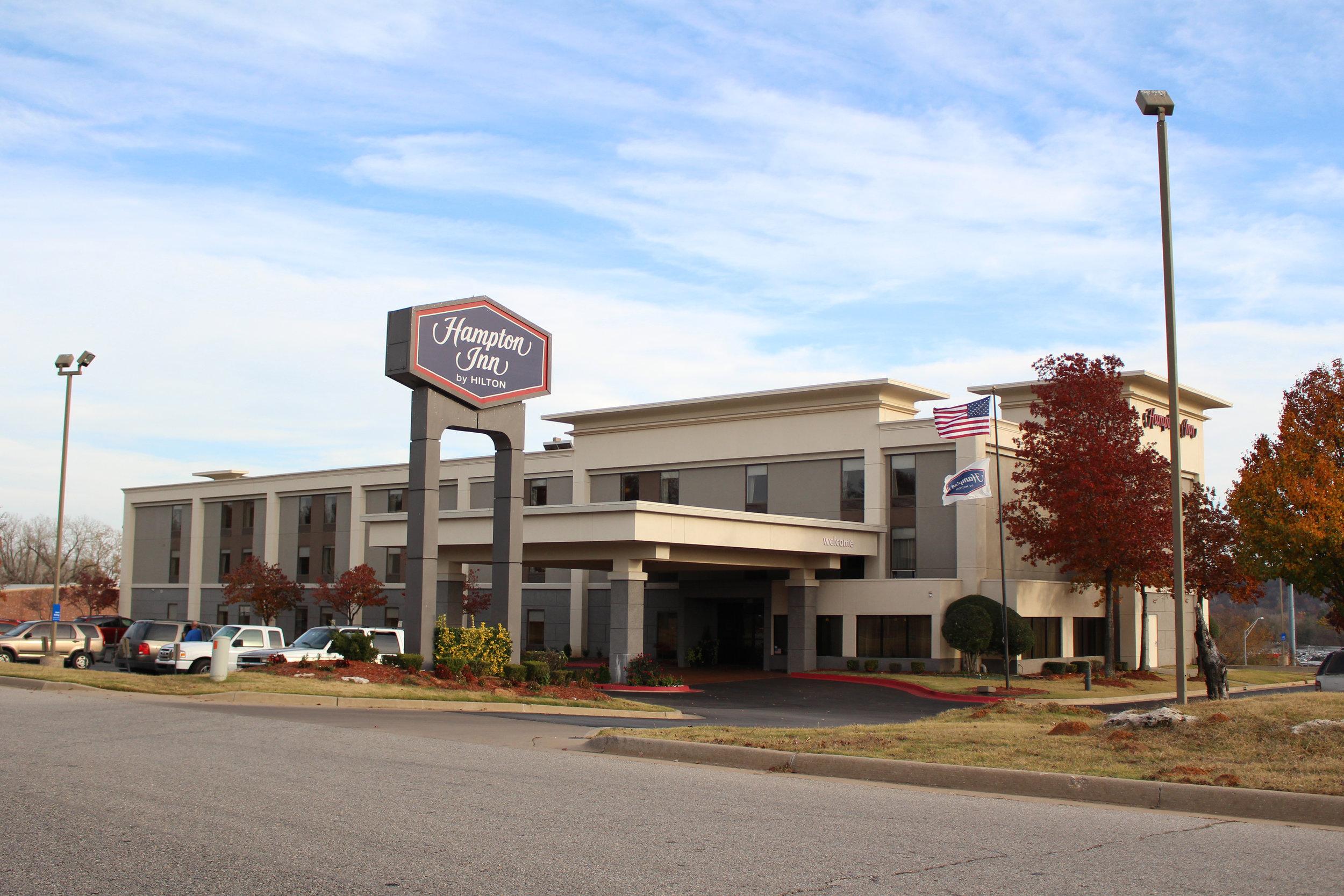 hampton inn 7852 west parkway boulevard north
