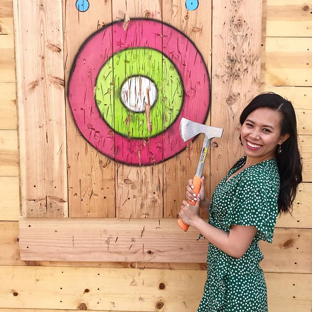 Lethal. But really, I was pretty close to getting this on the board. If you saw the video on my insta story, you know. 😂🤷🏻‍♀️ #VENTURELIKEME #tuesdaythoughts #axethrowing #neonsummerchicago 📸 : @marymoser71