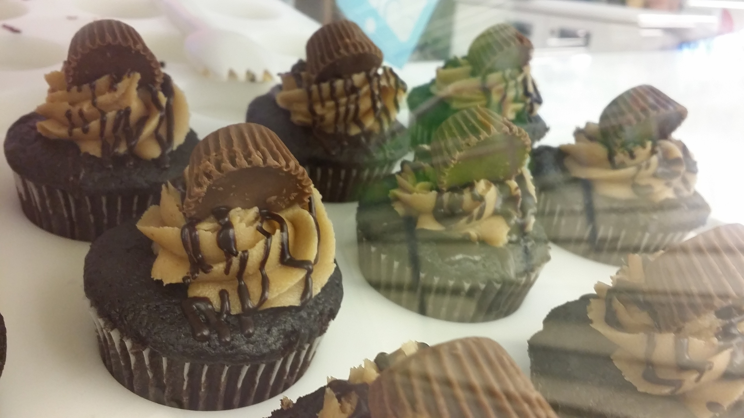 Cako Reese's Peanut Butter Cupcakes