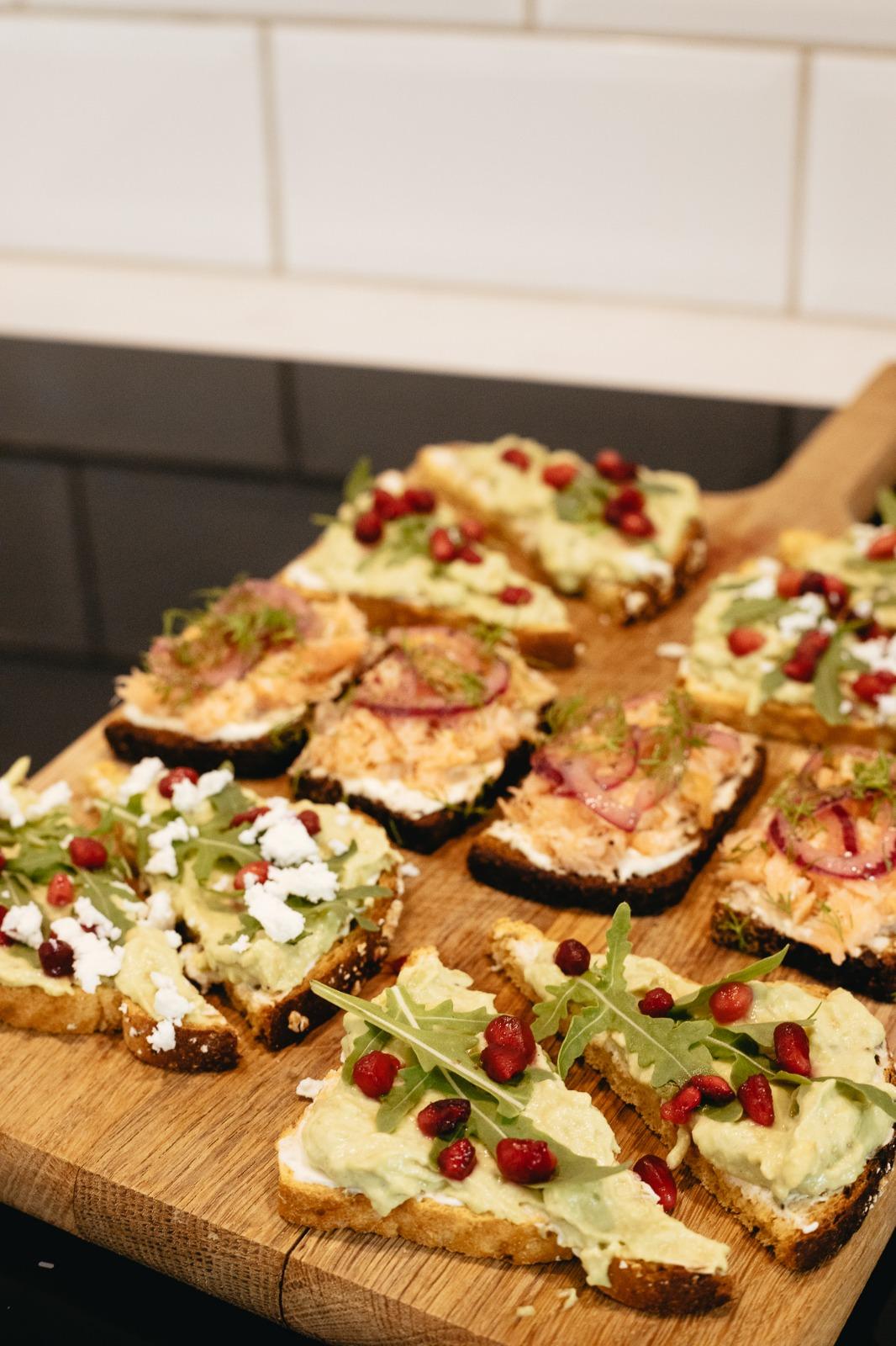 Pienet voileivät ovat nopea ja ruokaisa tarjottava juhliin. Avokadoleipä on hyvä vaihtoehto, sillä se sopii myös kasvissyöjille.