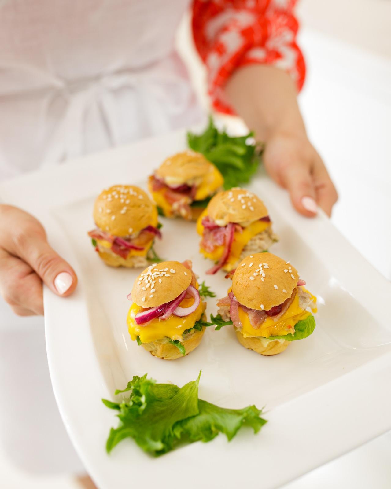 Nämä minihampurilaiset saavat väliinsä mehevän kanatäytteen, jonka voi hyvin valmistaa jo edellisenä päivänä valmiiksi. Nyhtökana valmistuu kanan koipireisiä tai rintaleikettä pitkään hauduttaen.