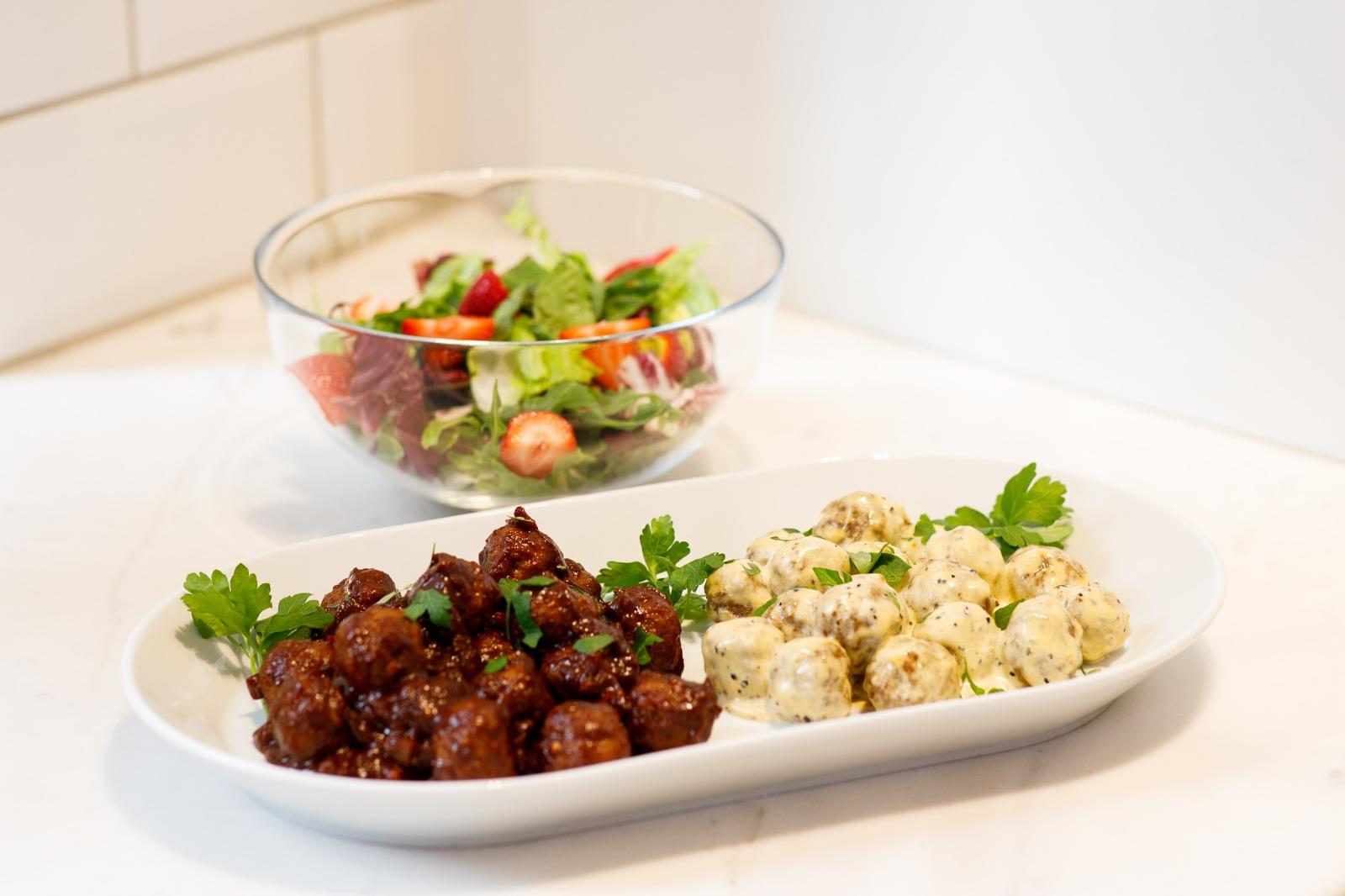 Lihapullat voit tarjoilla hyvin joko arkiruokana tai juhlissa esimerkiksi salaatin lisukkeena. Valitse kastikkeeksi makean tulinen bbq-kastike tai kermainen pippurikastike.