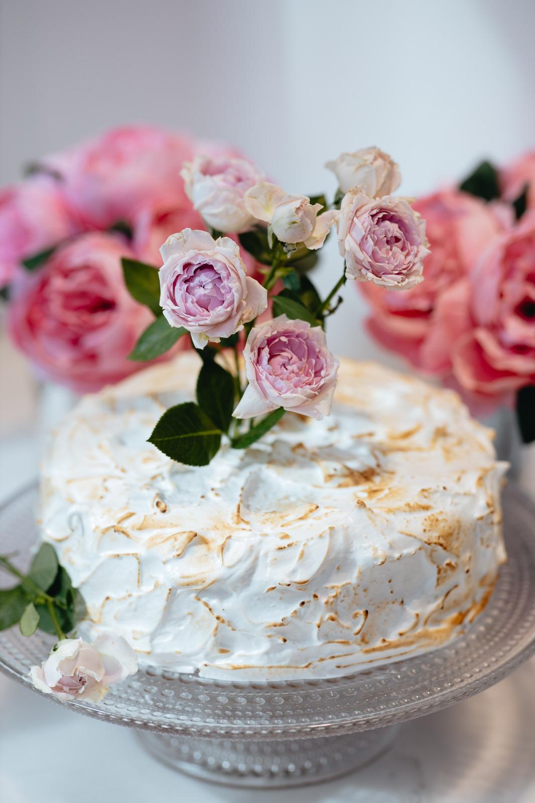 Raikas marenkikakku sopii loistavasti kesän juhliin. Käyttämällä kukkia koristeena, saat helposti kakkuun lisää näyttävyyttä.