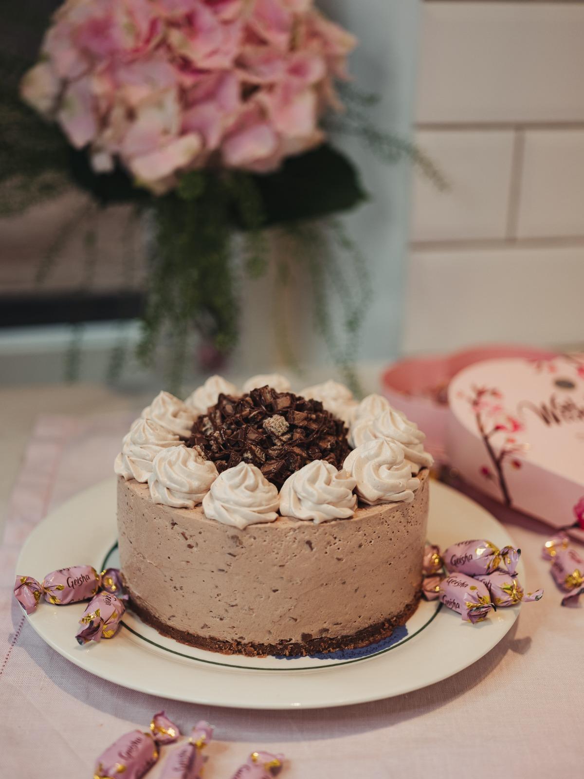Geisha nousi teidän seuraajien suosikki suklaaksi, joten päätin suunnitella siitä kakkuohjeen. Kakku on tehty 18cm reunavuokaan.