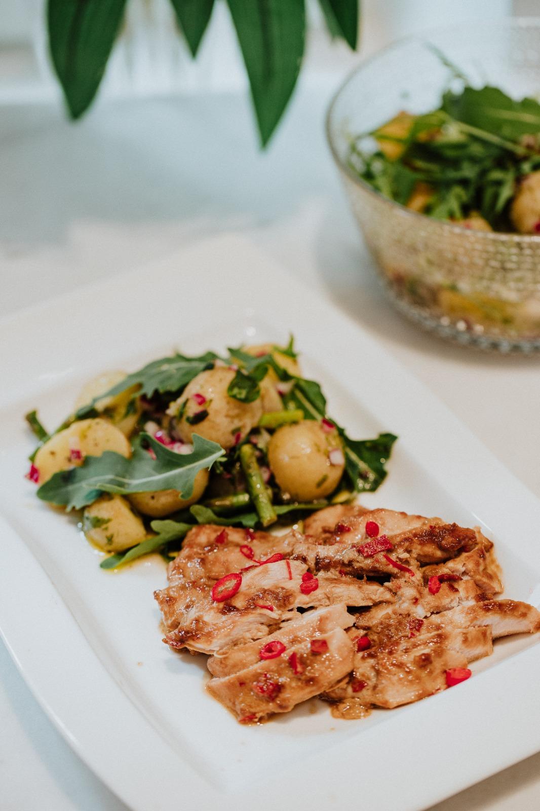 Kesäinen perunasalaatti sopii loistavasti lisukkeeksi kesän juhliin tai vaikkapa ihan arkiruuaksi. Tarjoile salaatti kookoskanan kanssa, joka valmistuu nopeasti pannulla tai grillissä.