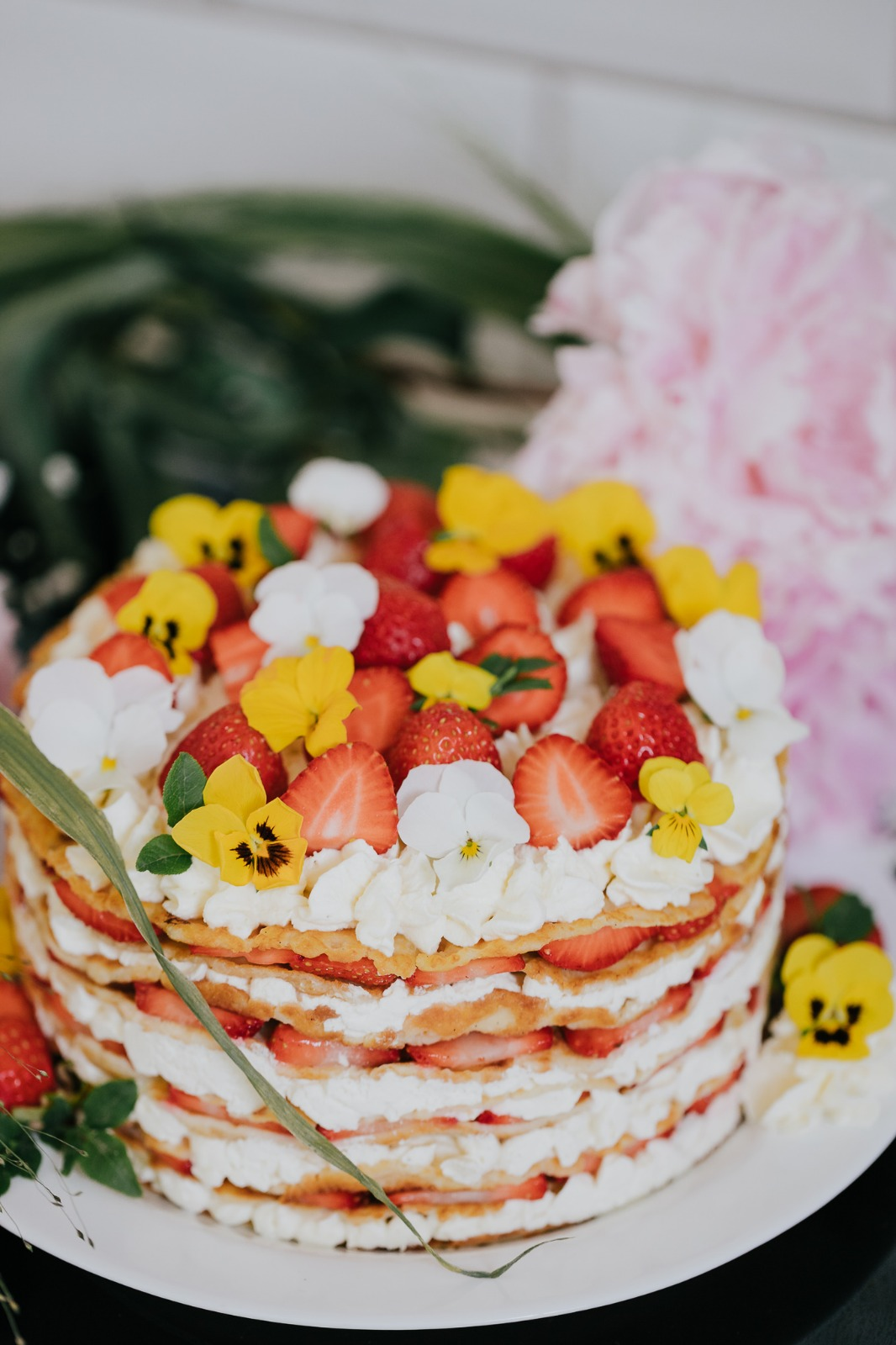 Kesäjuhlien helppo ja näyttävä jälkiruoka syntyy maukkaista letuista. Voit koota jälkiruoan esimerkiksi irtopohjavuokaan, tai tarjoilla letut ja lisukkeet erikseen.