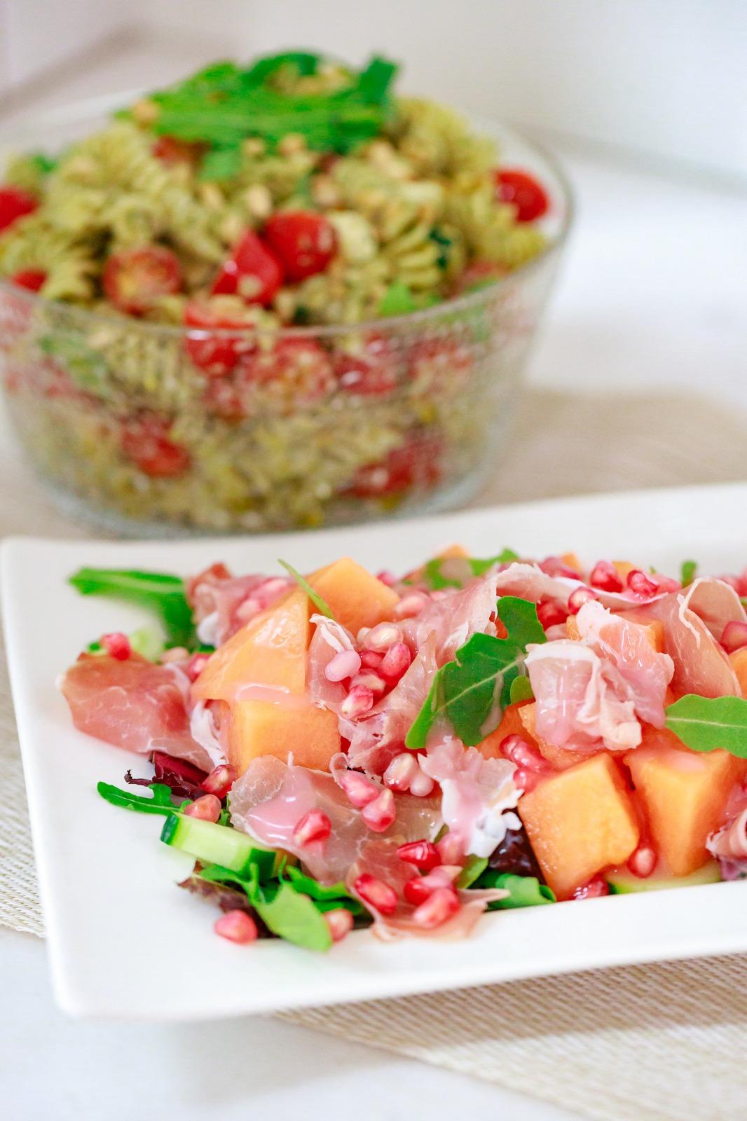 Ruokaisat salaatit on loistava lisuke juhliin esimerkiksi piirakoiden seuraksi.
