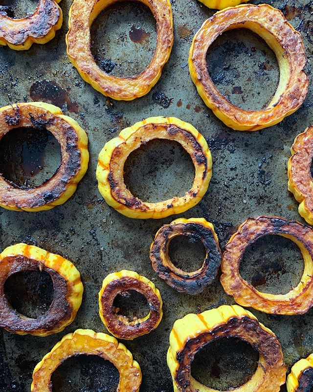 Fav fall snack: delicata squash, sliced and seeds removed, sprinkled with cayenne and sea salt, drizzled with honey and coconut oil, baked at 450' til crispy, eaten straight out of the oven. 👌🏻✨ #pinefor #f52grams
