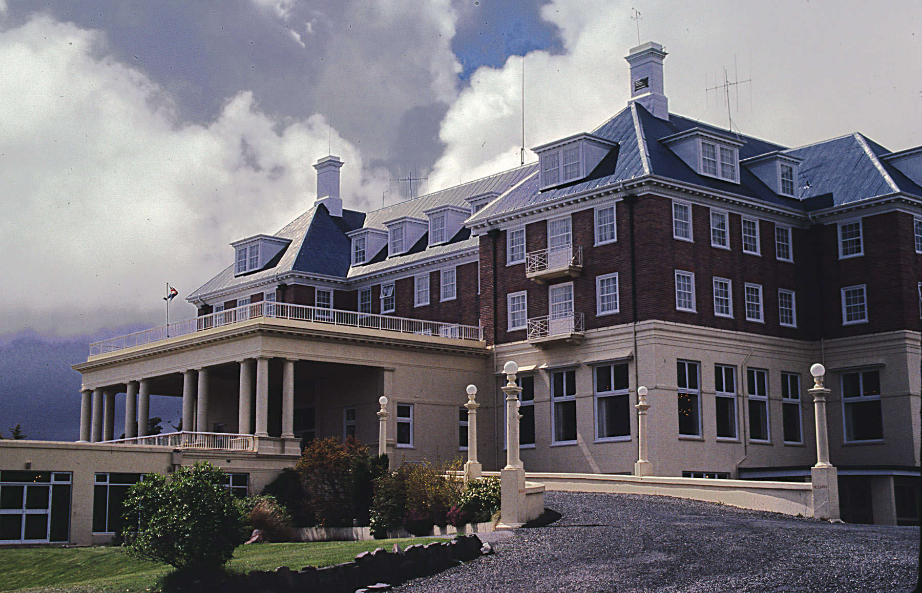 Chateau Tongariro  (via)