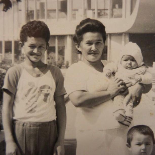 с мамой и братьями