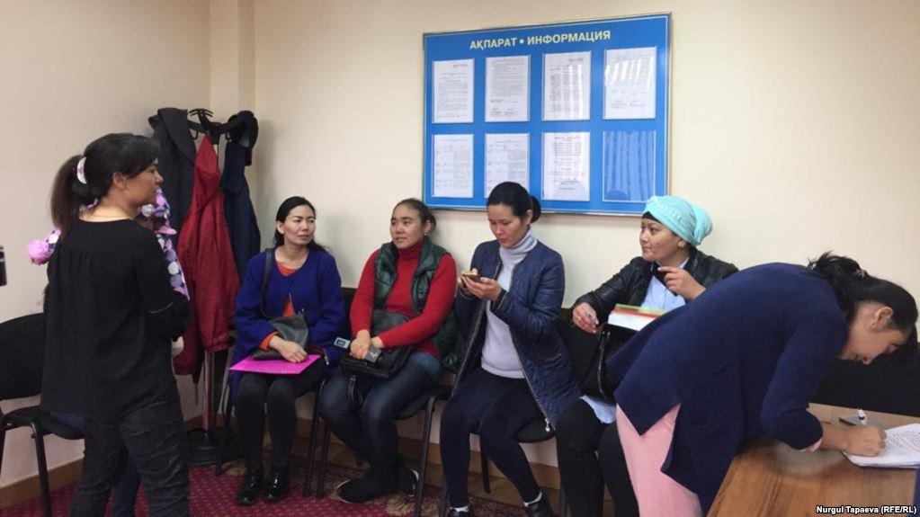 Многодетные матери в акимате Алматы. Фото: Нургуль Тапаева