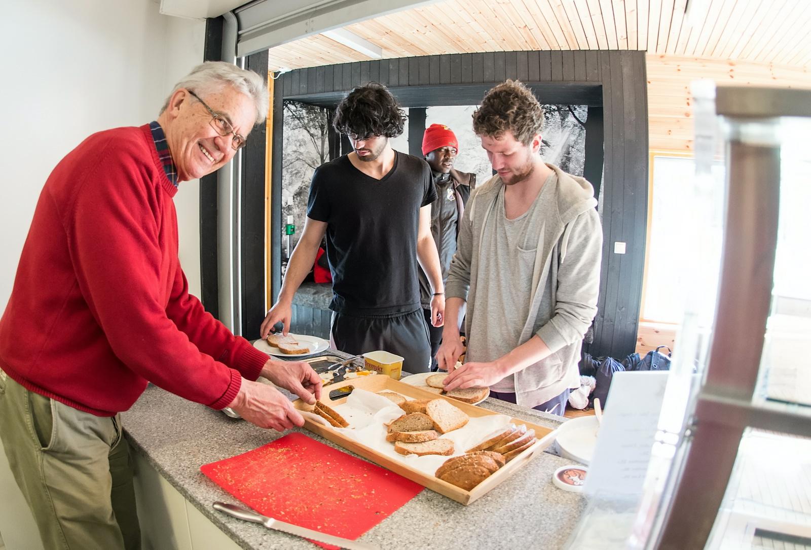 Lyns Eldre stilte opp og serverte lunsj til A-laget. Foto: Lars Opstad