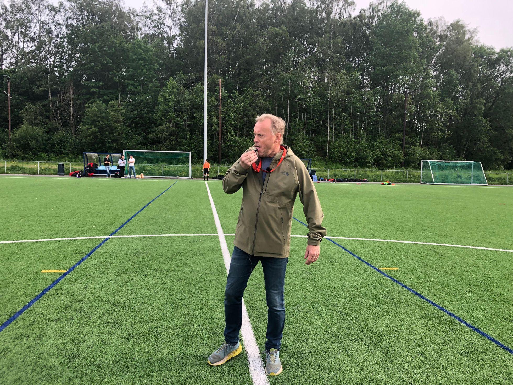 Fløyta går, byrådsleder Raymond Johansen fikk æren av å blåse i gang Interkretskampen mellom Lyn og Skeid, jenter 15 år. Foto: KRISTIN TUFTE HAGA