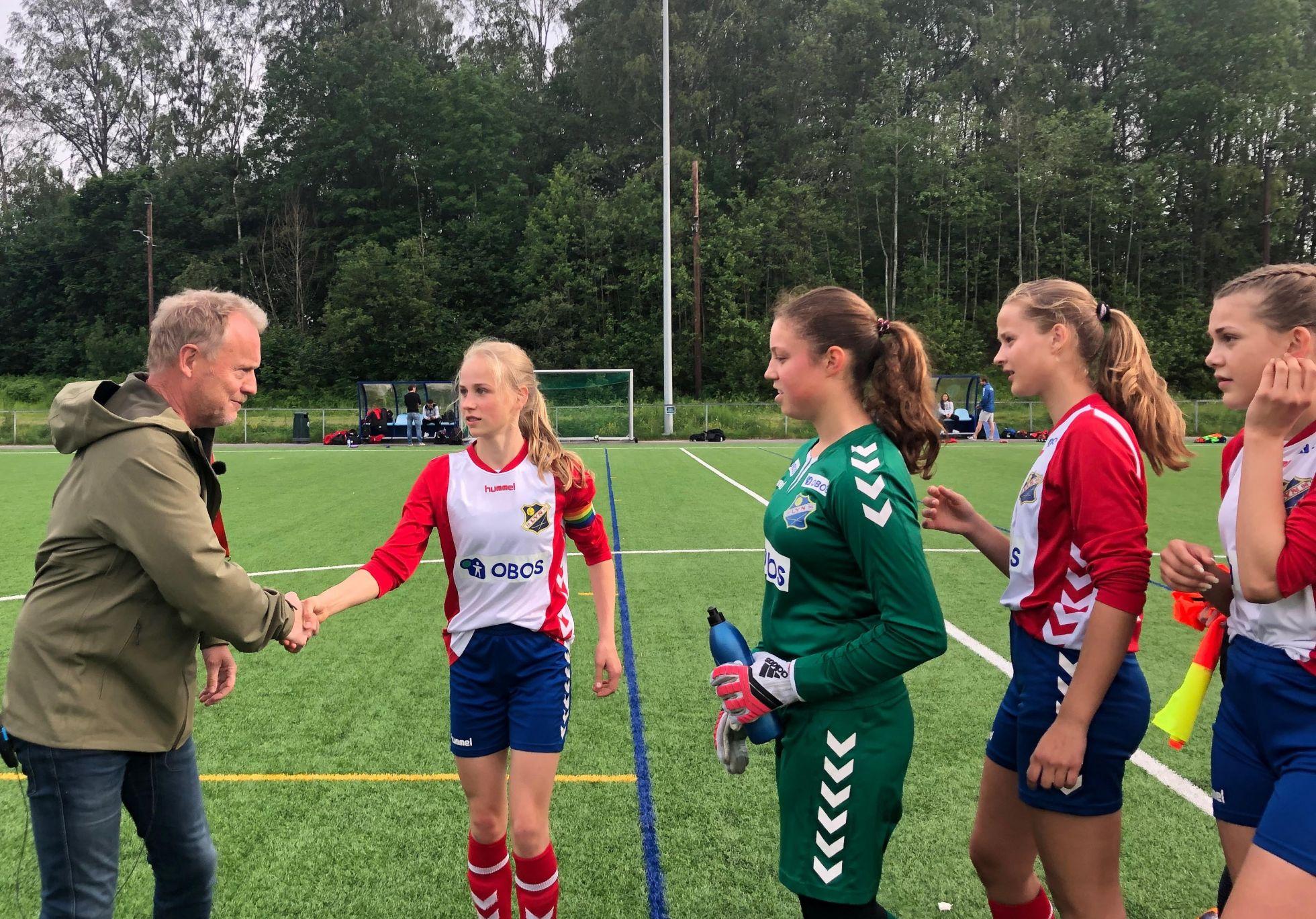 Lykke til med kampen, til Lyns jenter 15 år i interkrets, mot Skeid. Foto: KRISTIN TUFTE HAGA