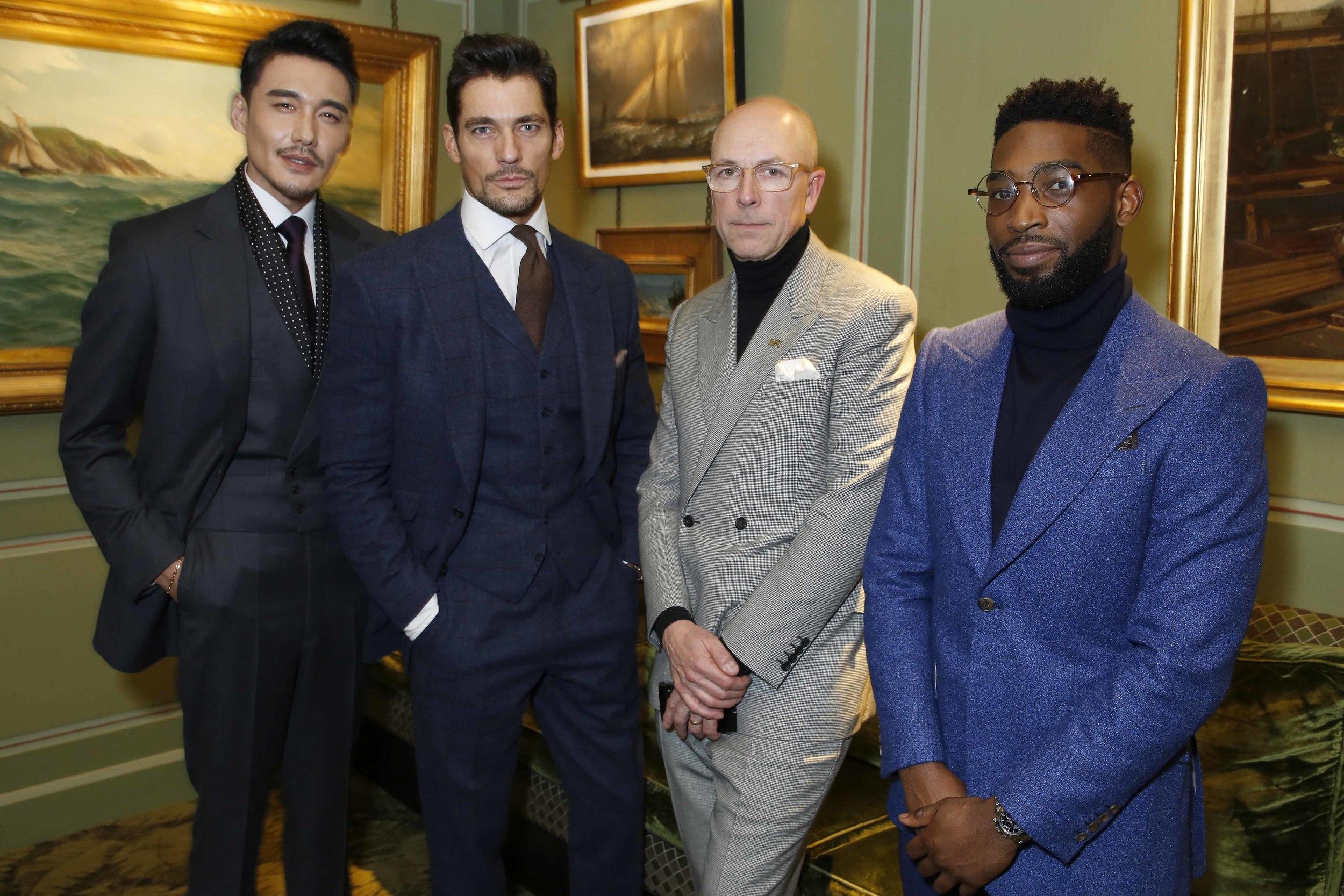 런던 남성복 디자인을 알리기 위해 영국패션협회가 선정한 LCM 홍보대사인 모델 올리버 체시어와 모델 데이비드 간디, 그리고 중국 배우 후빙. 가는 곳마다 플래시 세례를 몰고 다니는 홍보대사들은 런던 남성복 디자인을 알리는 데 앞장서고 있다.  ©Darren Gerrish