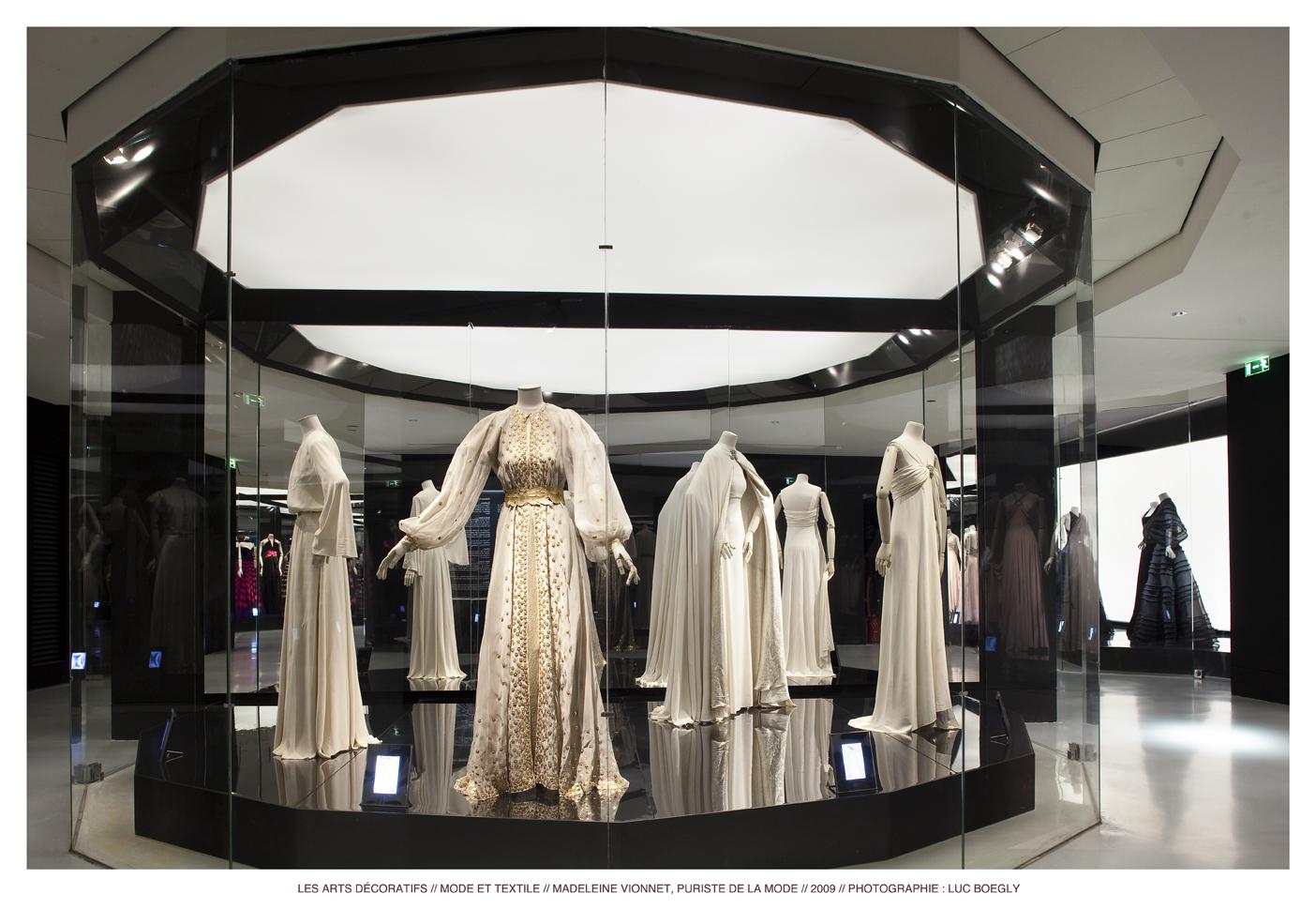 파리의 루브르 박물관에 마련된 장식 미술관. 루이 비통, 후세인 샬라얀, 비오네, 발렌시아가 등의 초특급 전시가 기획되었다.파리 장식 미술 박물관 제공©Luc Boegly