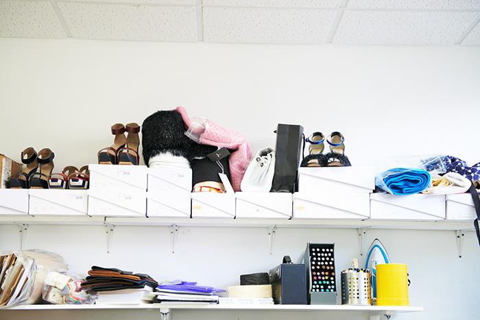 최유돈의 런던 작업실은 그의 외모만큼이나 단정하게 정돈되어 있다. 이곳에서 <닥터 지바고>와 덕혜 옹주에게 영향을 받은 AW13 과 SS14 컬렉션이 탄생했다.©서원기