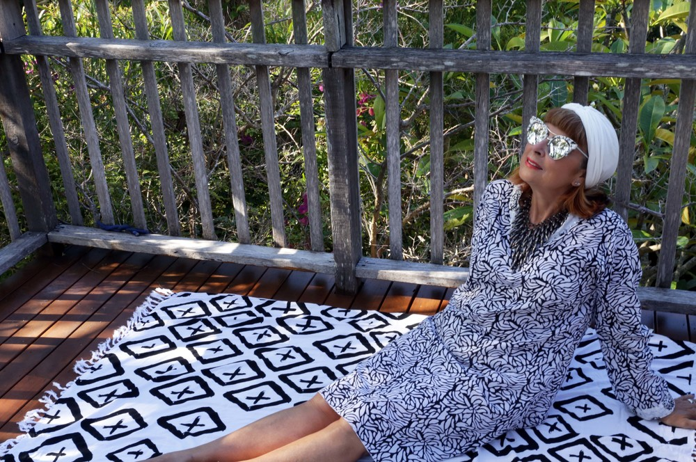 JEWELERY, VINTAGE SUNNIES & A TURBAN LIVEN UP THIS BLACK AND WHITE KAFTAN