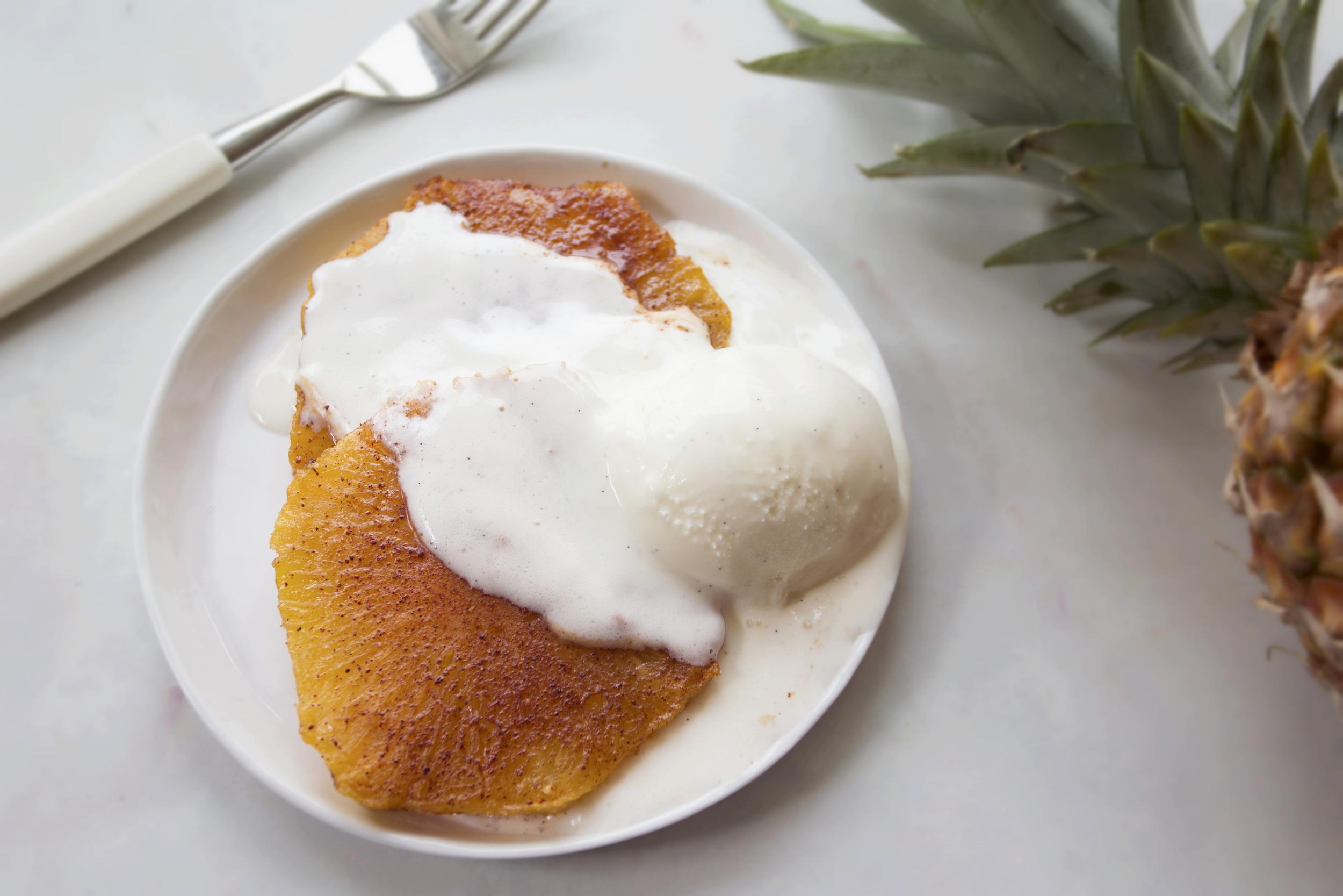 Bakt ananas med laktosefri vaniljeis.