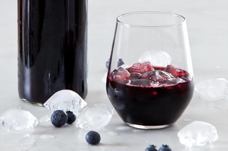 Jeg elsker denne blåbærsaften som både smaker godt og gjør underverker for magen. Oppskrift finner du på side 135 i  LavFODMAP - Magevennlig mat . Foto: Espen Edin Døhlen
