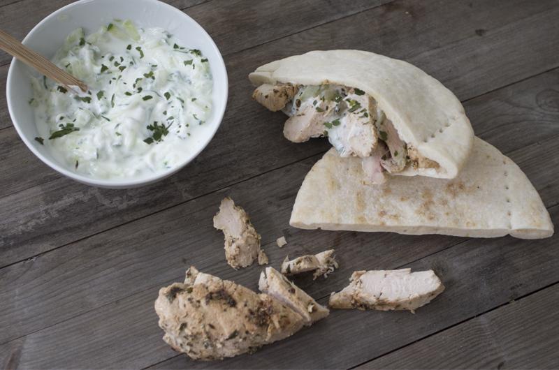 Drøm deg tilbake til sommerferien i Hellas og lag Pita gyros med kylling og tzatziki! Foto: Julia Edin