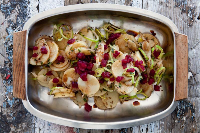 Espens lune potetsalat smaker like godt til grillmaten om sommeren som til julematen.Oppskriften finner du på side 127 i boka  LavFODMAP - Magevennlig mat. Foto: Magevennlig mat v/ Espen Døhlen