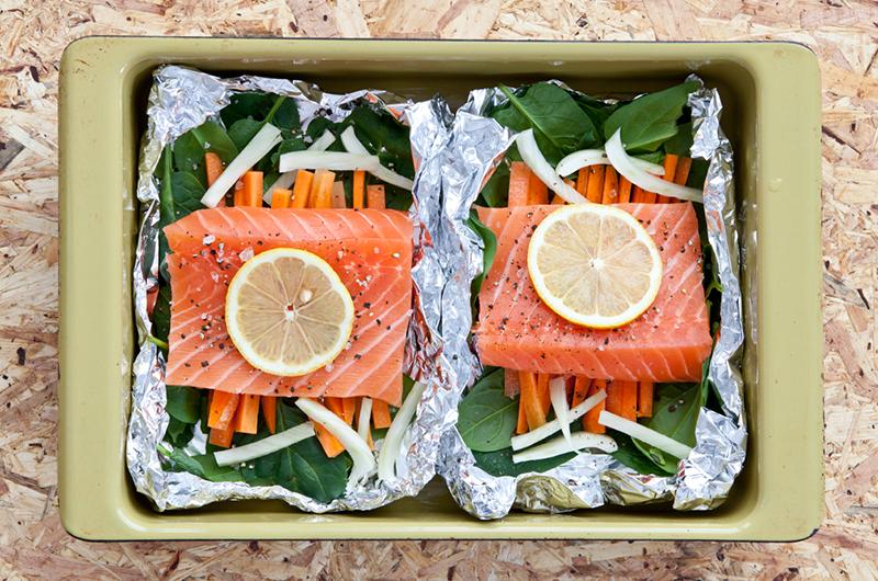 Oppskriften på Raske fiskepakker finner du på side 69 i boka  LavFODMAP - Magevennlig mat. Foto: Magevennlig mat v/ Espen Døhlen
