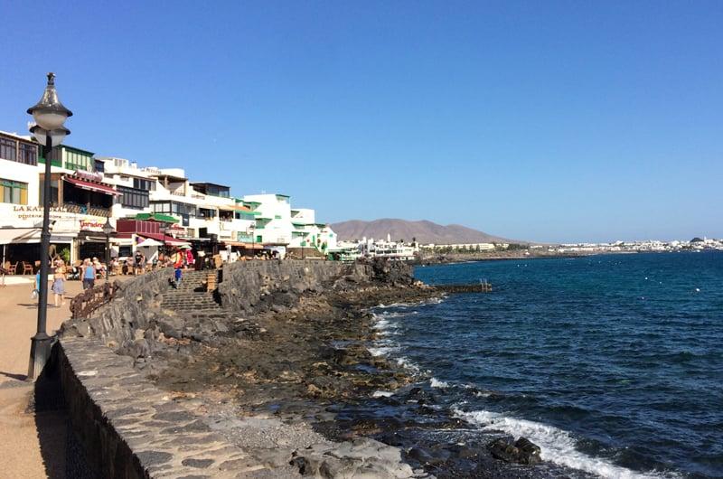Restaurantene ligger på rad og rekke langs promenaden på Playa Blanca