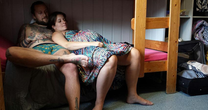 Bilde tatt av mamma, Kristin Edin, for ca. 1 måned siden. Usminket, sliten og høygravid på en leirskole,tar vi oss en liten pust i senga før vi gjør oss klare for bryllup!
