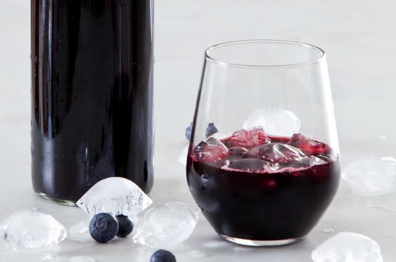 Hjemmelaget blåbærsaft er rikt på antioksidanter og kan nytes både kaldt og varm! Se  oppskriften her!