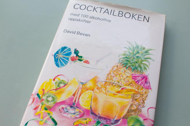 Denne boken fra 1986 har jeg funnet i familiens sommerhus og rappet med meg hjem. Den har blitt en av mine favoritt kokebøker, med mange inspirerende oppskrifter på alkoholfri drinker og flotte illustrasjoner.