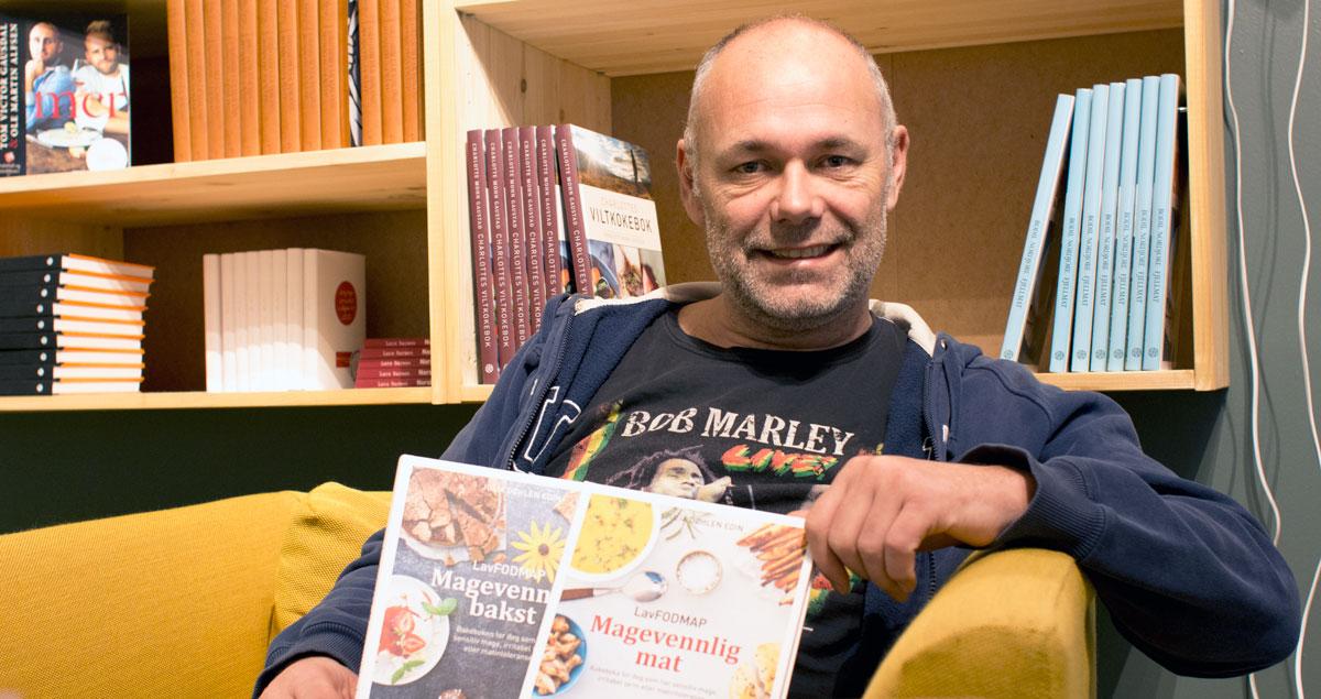 Einar Rohnebaek driver Spetakkel bar og kokebokhandel der de selger begge bøkene mine.