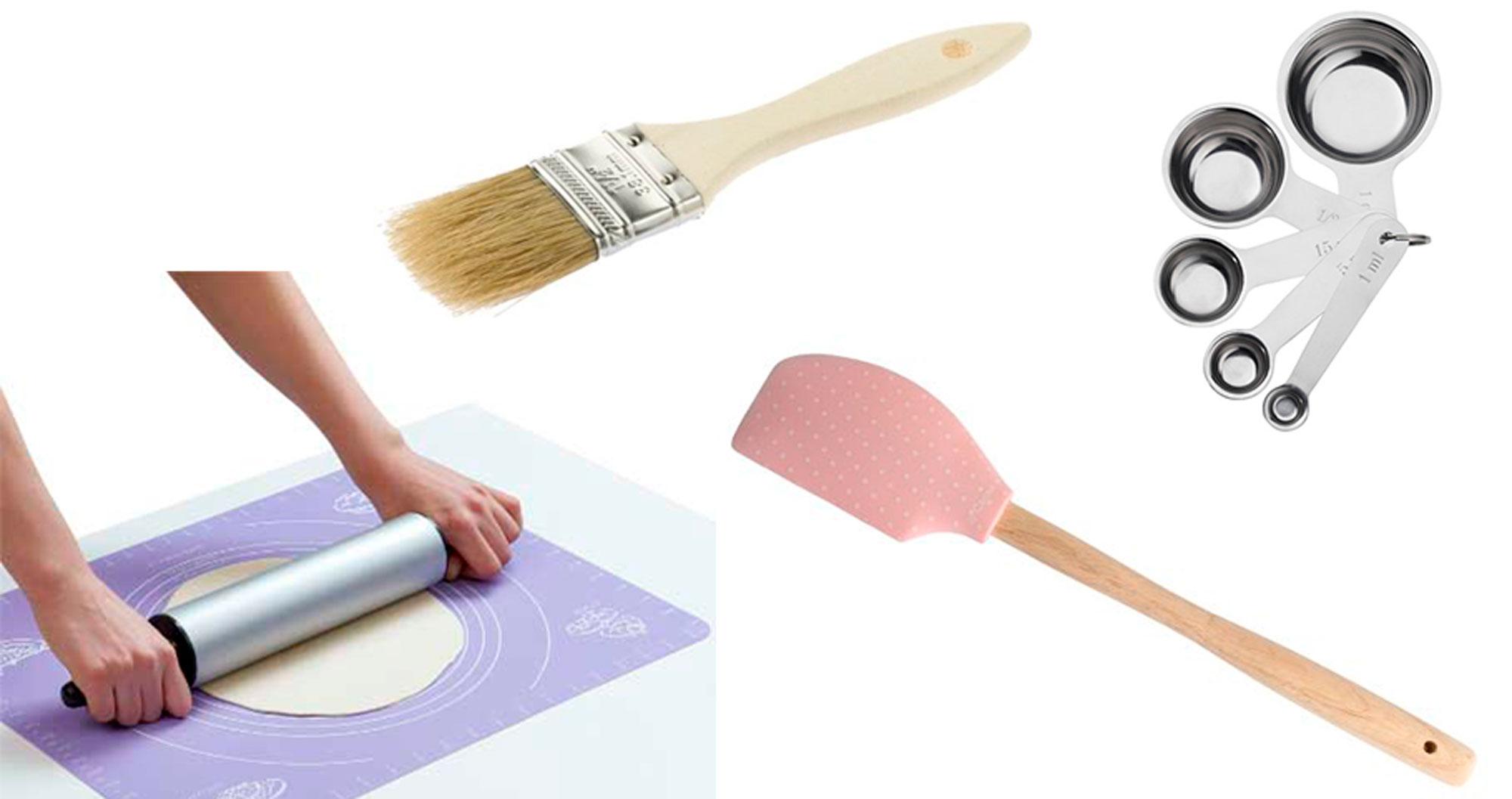 På bildet: Bakepensel fra  Jernia , Slikepott fra  Jernia , bakematte fra  Select og måleskjeer fra  IKEA
