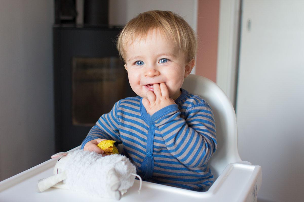 Vetle fikk prøvesmake lussekattene og syntes de var svært gode (han slikket av karamellen først).