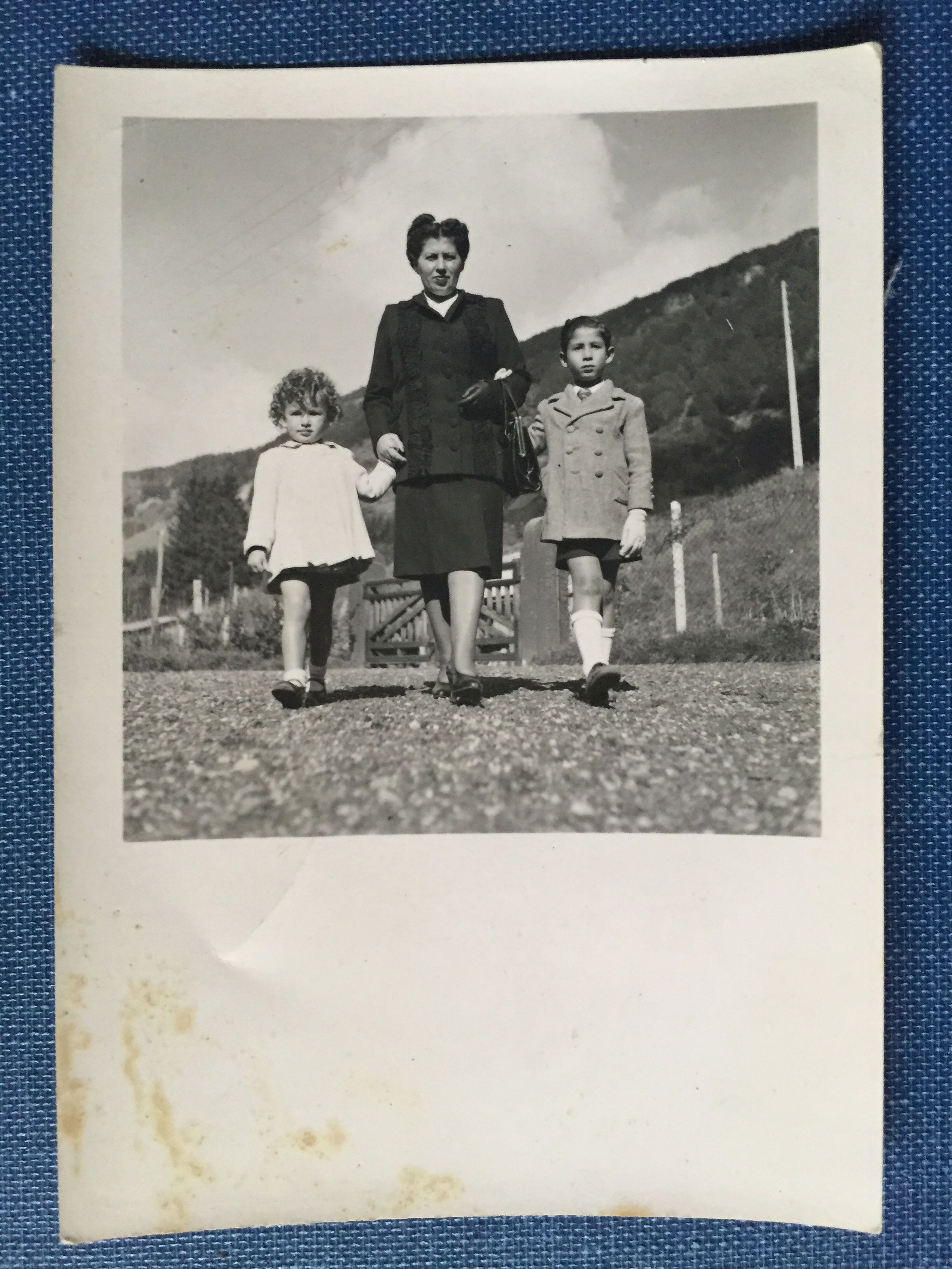 The first photograph of the family after the war ended. (Muriel Hasbun archive.)
