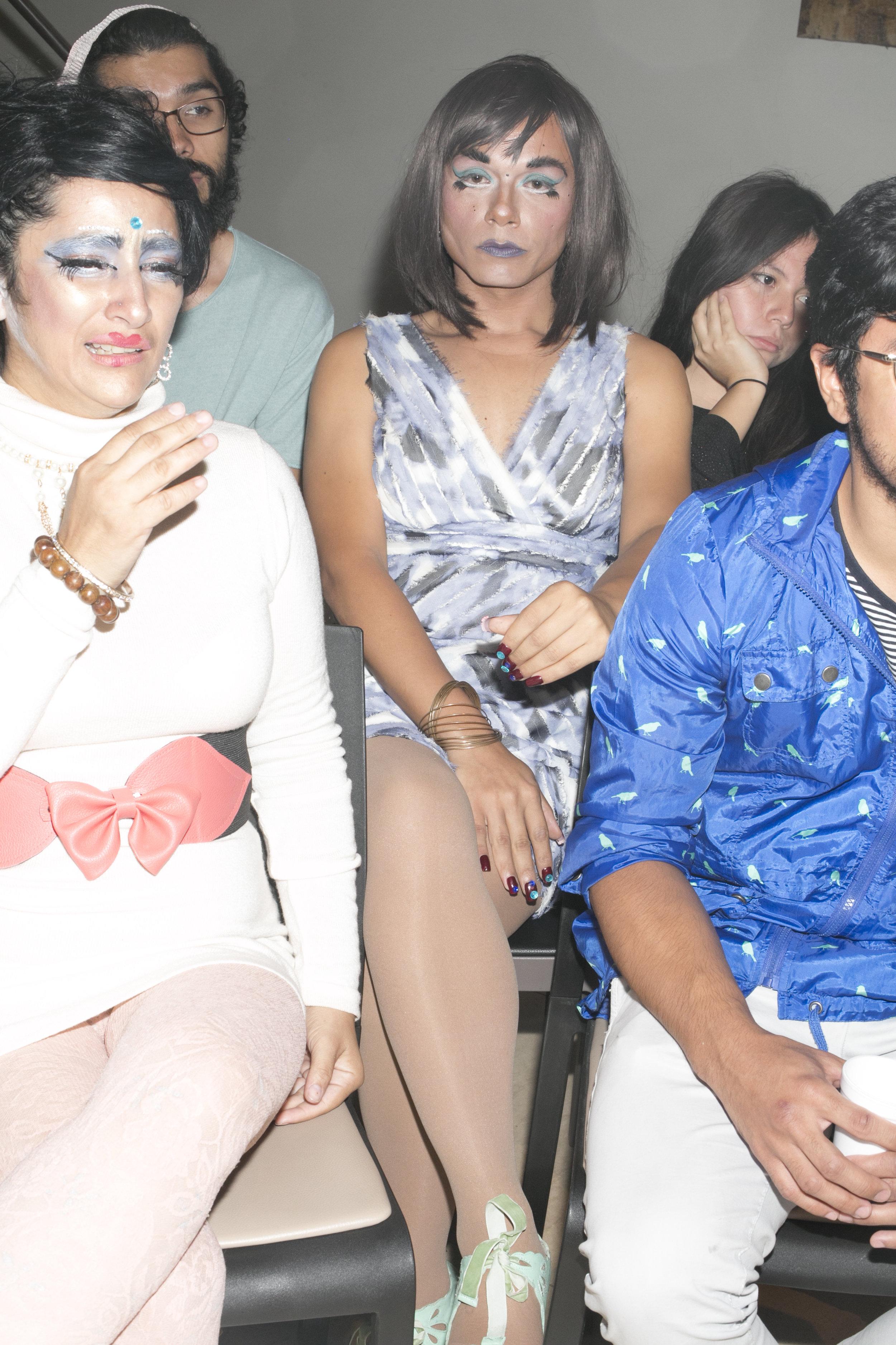 """NadiA se esfuerza por participar en eventos culturales pero se encuentra con que incluso las comunidades supuestamente """"abiertas"""" se muestran cerradas a ella. Esta noche, en un conversatorio sobre mujeres artistas, se sintió devastada al oír que no hay arte queer en El Salvador."""