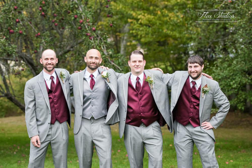 relaxed groomsmen photo ideas